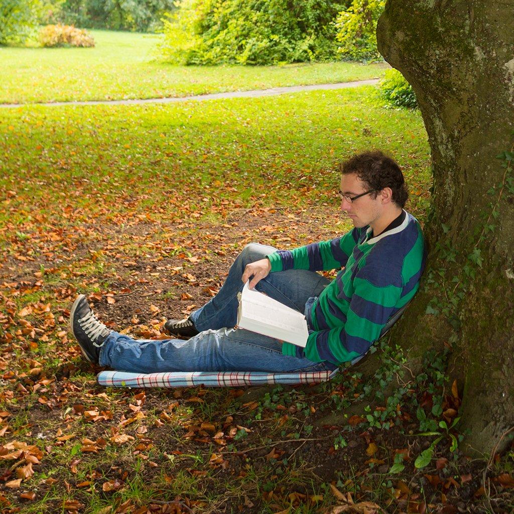 Online-Kurse Kommunikative Theologie: Bibellese unter Baum