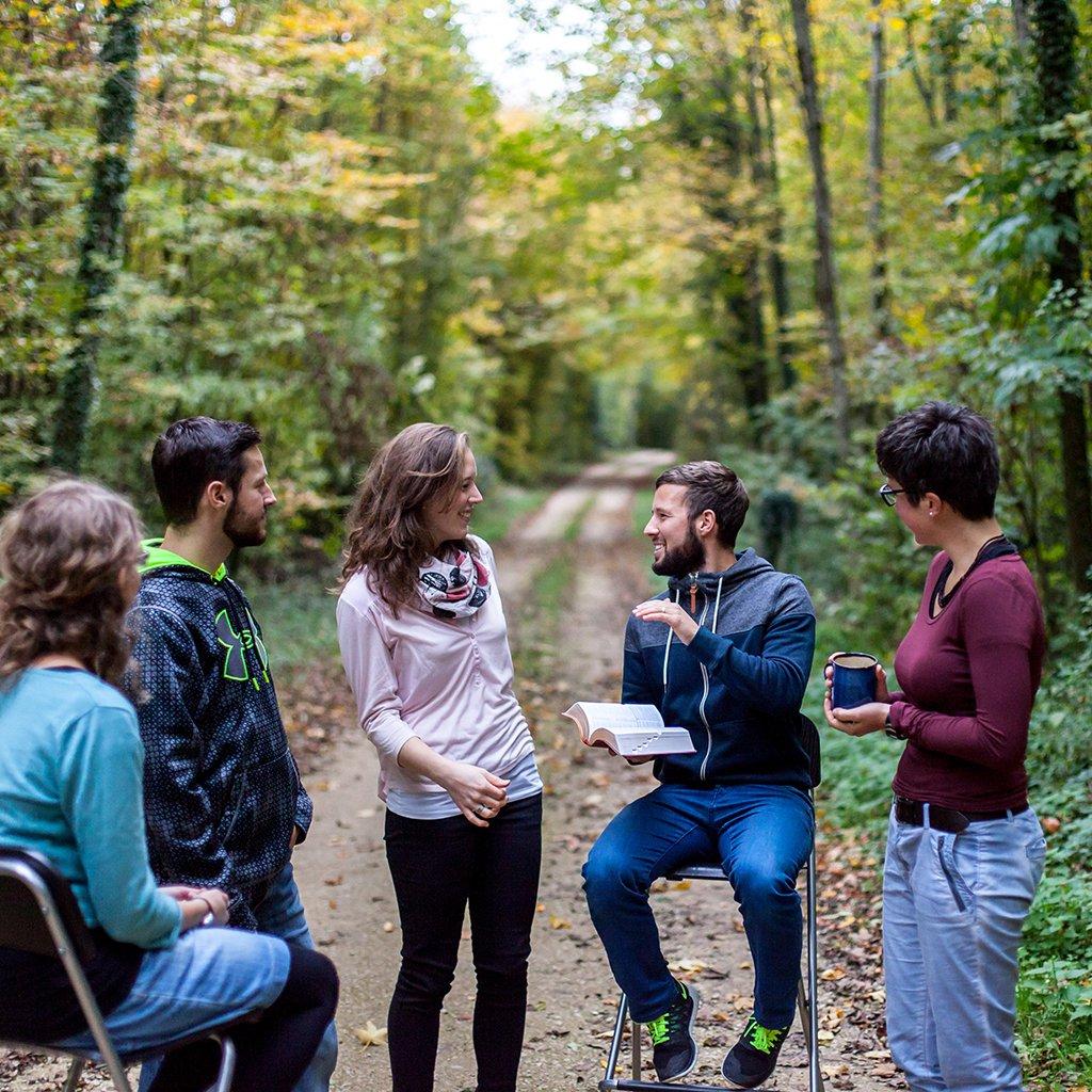 Online-Kurse Kommunikative Theologie: Gespräch im Wald