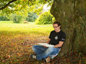 FRÜHLINGS-Inspiration: Bibellesen unter Baum auf St. Chrischona