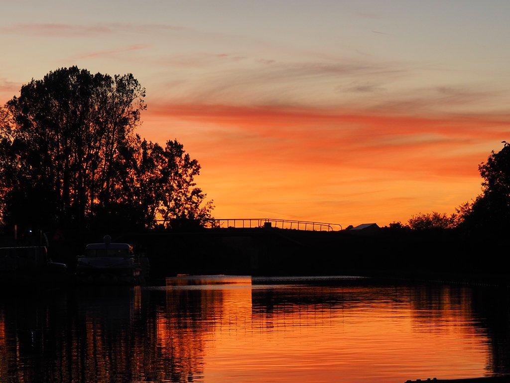 Hausbootwoche für Männer: Sonnenuntergang an einer Schleuse