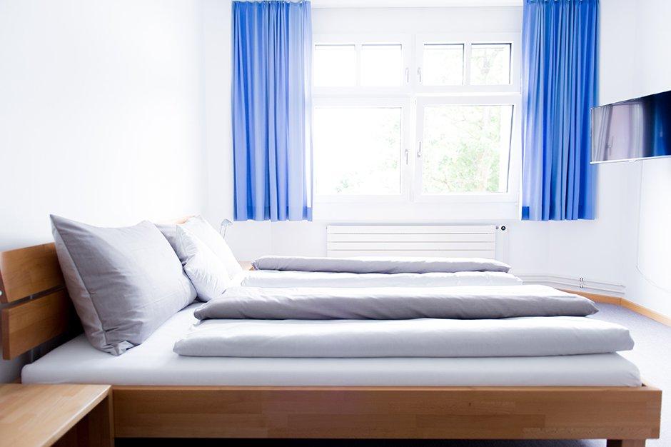 Hotelzimmer mit Doppelbett auf dem Chrischona-Campus
