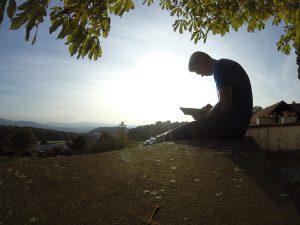 Slow-Down-Tage: Bibellesen auf der Kirchenmauer St. Chrischona
