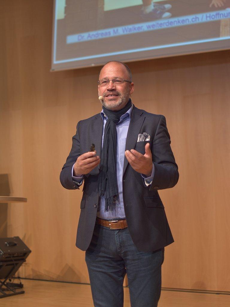 Zukunftsforscher Dr. Andreas Walker riet, Hoffnung zur inneren Einstellung zu machen.