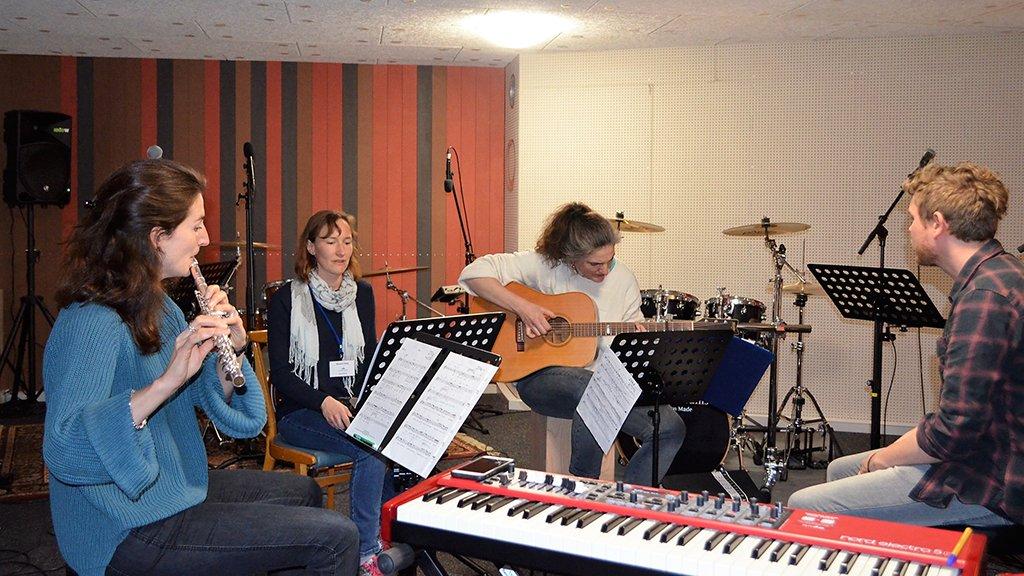 Bandcoaching ist eines der verschiedenen musikalisch-praktischen Wahlprogramme des Trainingstag Worship.
