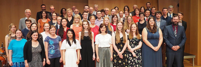 tsc-Jahresfest 2019: Gruppenfoto der Absolventinnen und Absolventen mit Dozentinnen und Dozenten