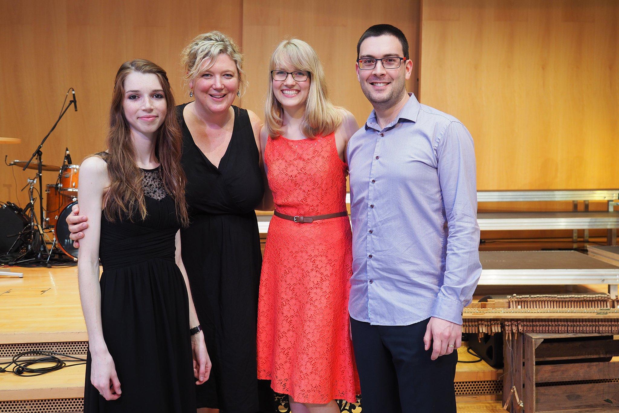 Studiengangsleiterin Susanne Hagen (Zweite von links) mit den ersten drei Absolventinnen und Absolventen des Bachelorstudiengangs Theologie & Musik