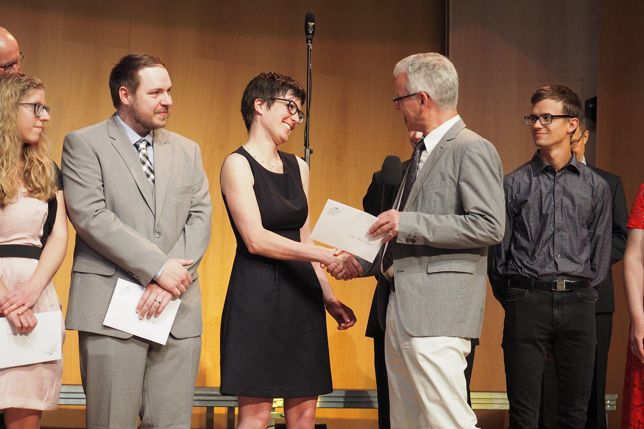 tsc-Jahresfest 2019: tsc-Dozent Claudius Buser gratuliert der Absolventin Tabea Reichenbach zu ihrem Studienabschluss.