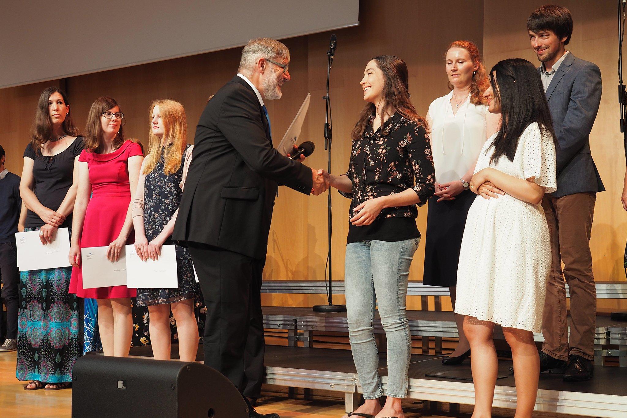 tsc-Jahresfest 2019: René Wälty, Leiter tsc-Jahreskurs, gratuliert den Jahreskurs-Absolventen.