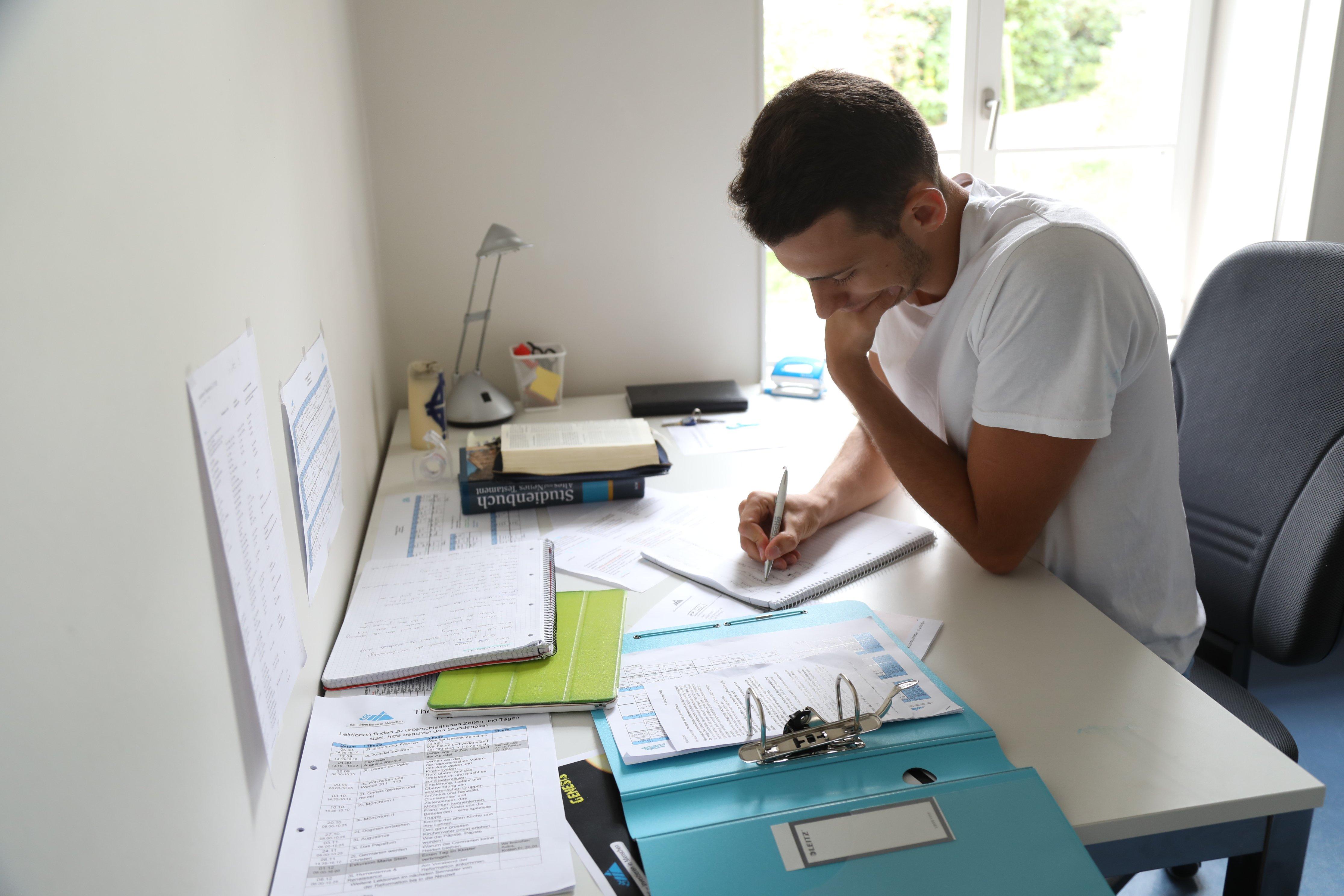 tsc-Student beim Lernen (Foto: Lichtspiel, Adine Schweizer)