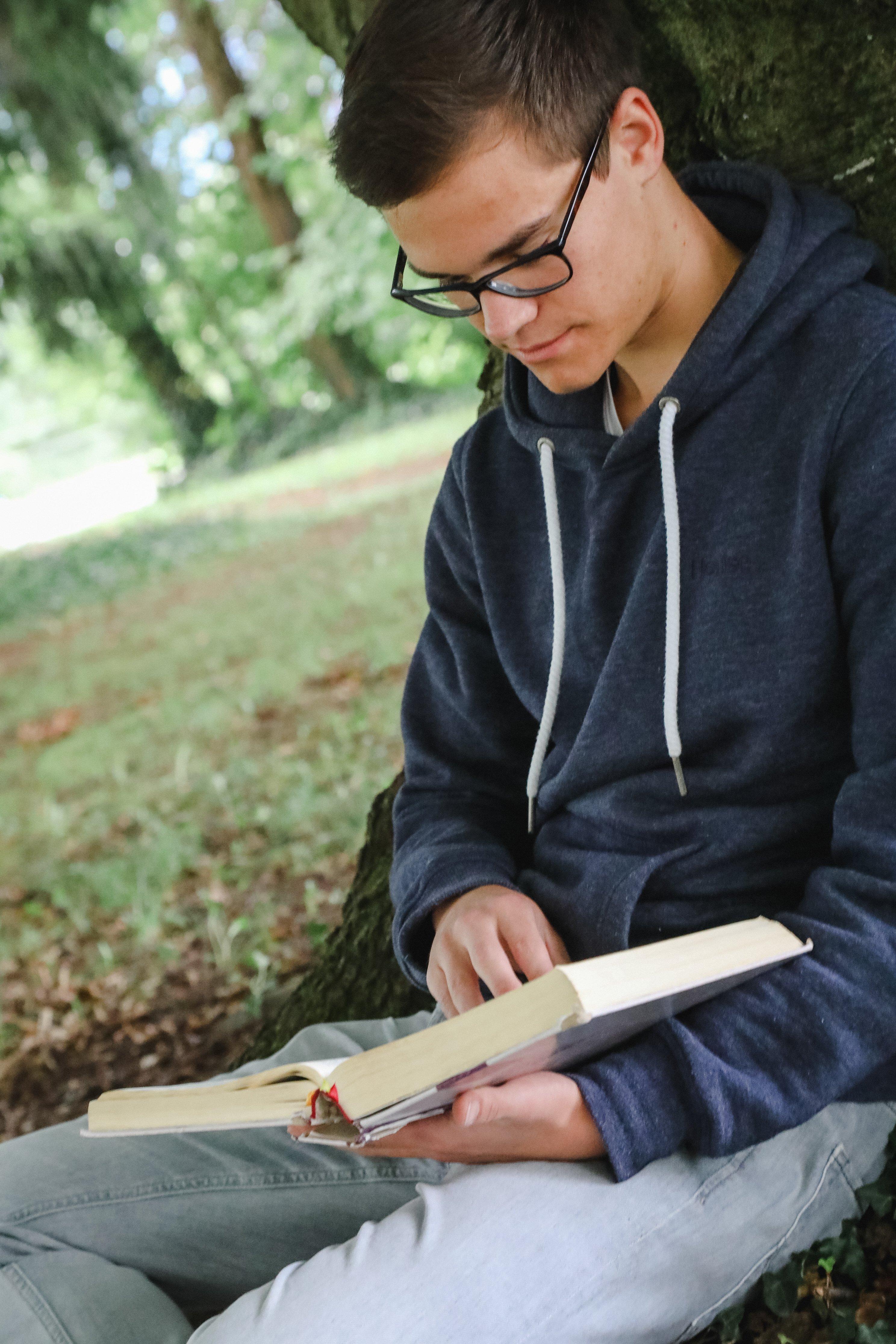 tsc-Student liest in der Bibel (Foto: Lichtspiel, Adine Schweizer)
