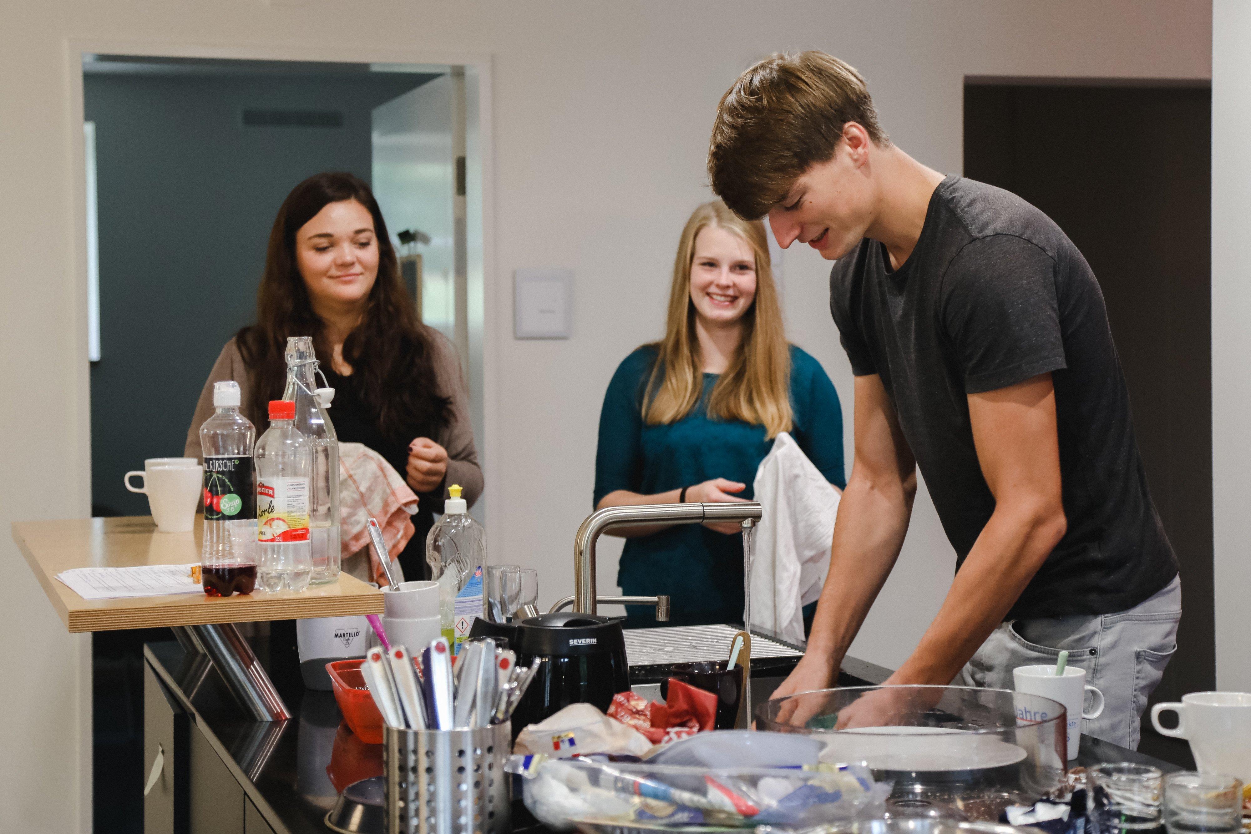 tsc-Studierende beim gemeinsamen Abwasch (Foto: Lichtspiel, Adine Schweizer)