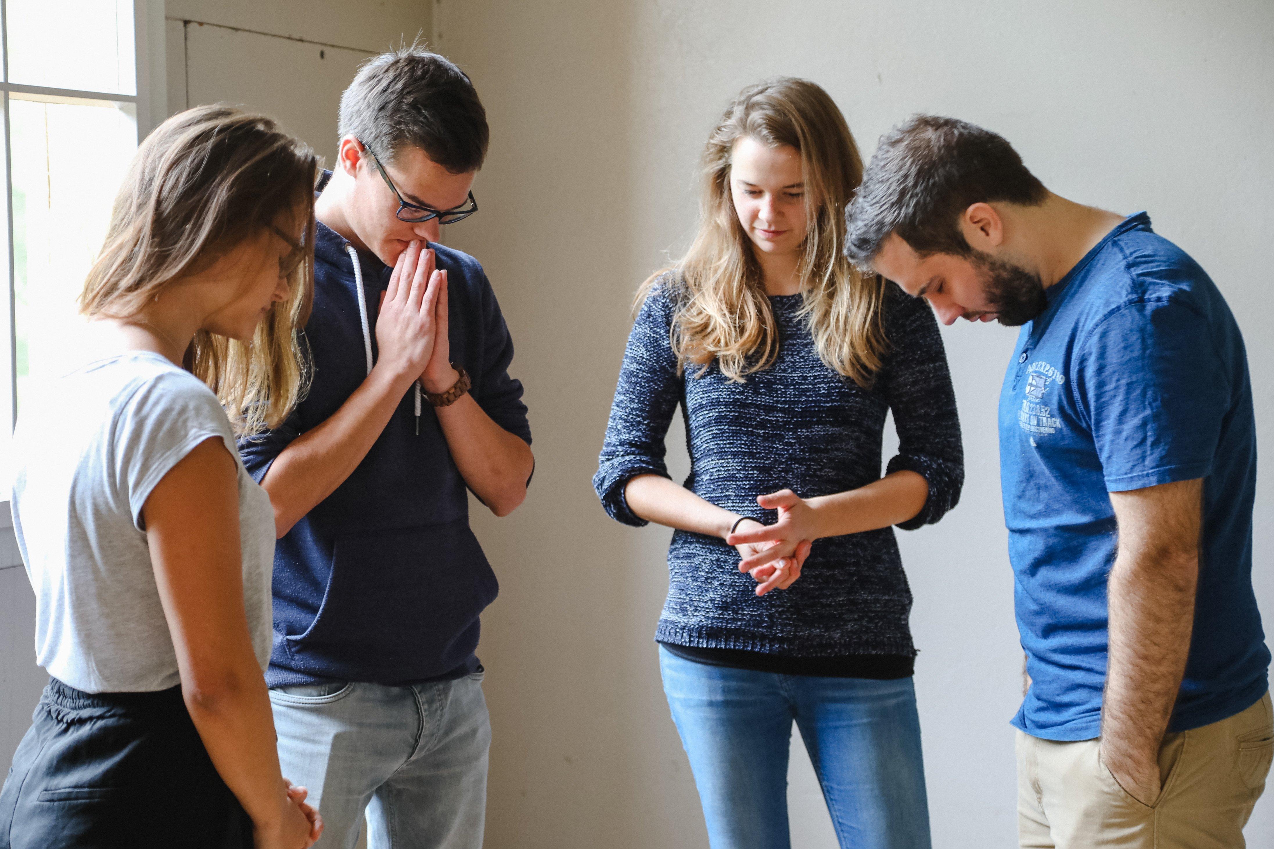 tsc-Studierende im Gebet (Foto: Lichtspiel, Adine Schweizer)