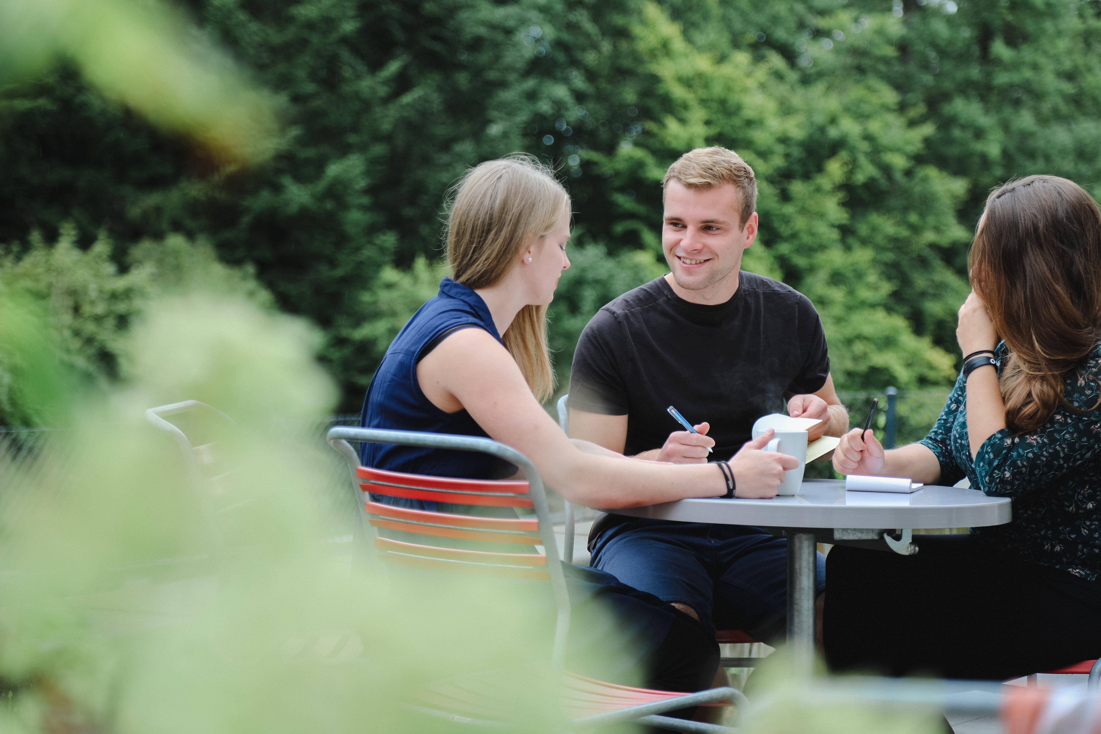 Lerngruppe aus tsc-Studierenden im Grünen (Foto: Lichtspiel, Adine Schweizer)