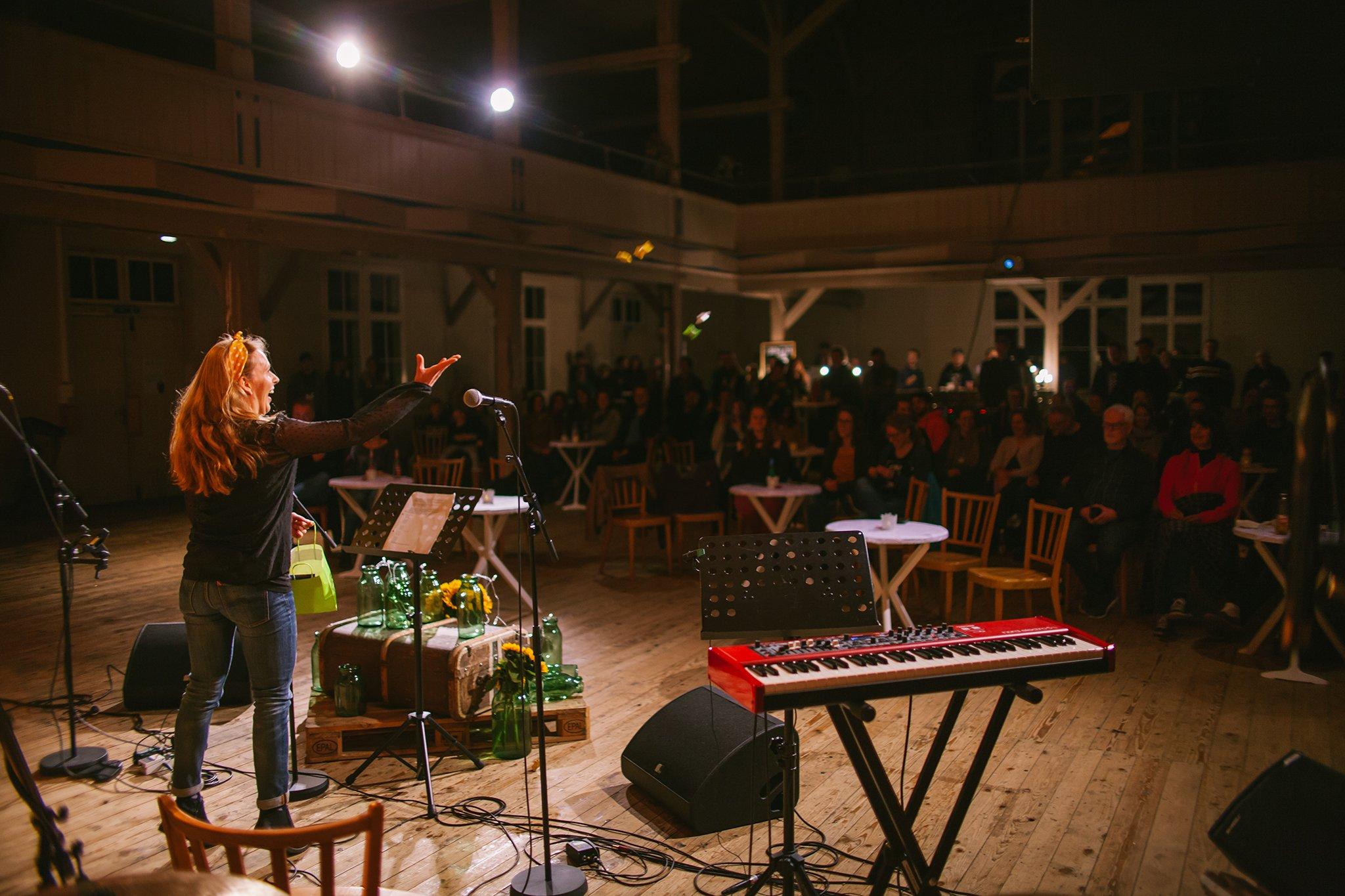 Eben-Ezer-Sessions am 18.10.2019: Das Publikum in der Eben-Ezer-Halle hat Freude an den Darbietungen der tsc-Bands. (Foto: Knut Burmeister, ALLTAG)