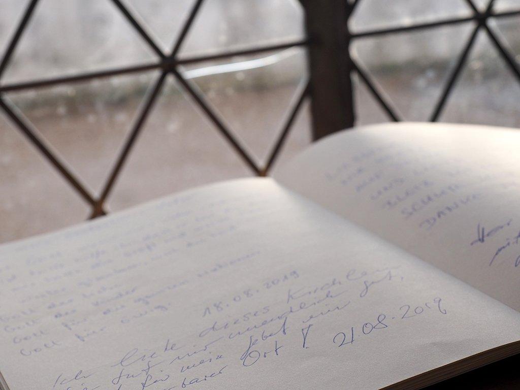 Kirche St. Chrischona: Gästebuch am Fenster