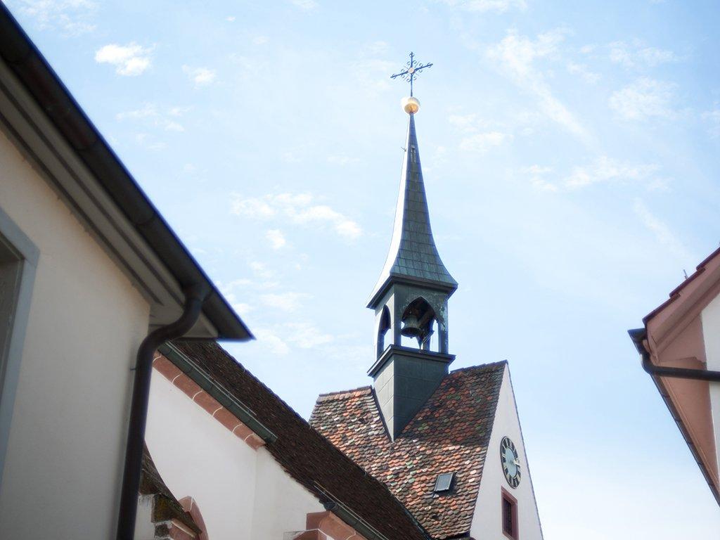 Turm der Kirche St. Chrischona im Sonnenschein