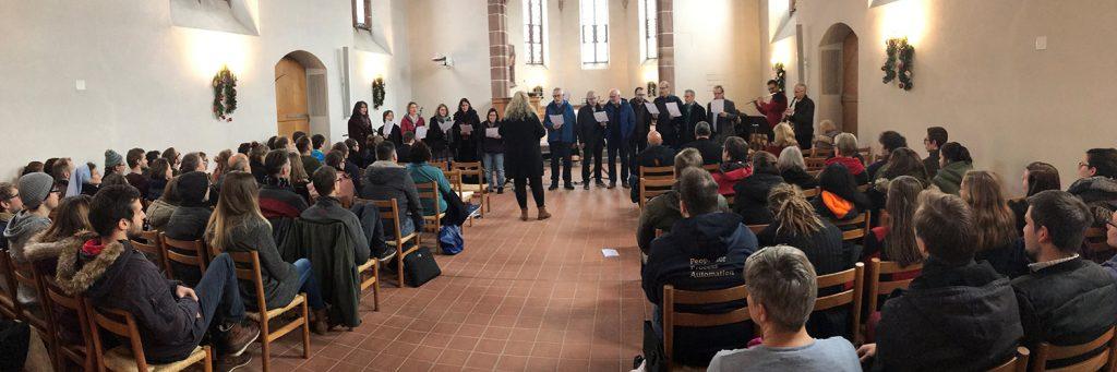 Ein Chor aus Dozierenden und Mitarbeitenden singt der Studiengemeinschaft das Weihnachtslied: «O komm, O komm, du Morgenstern».