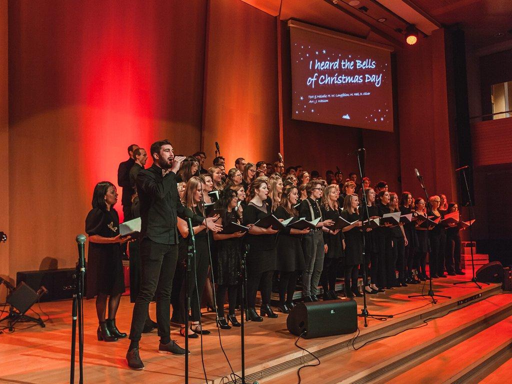 Adventskonzert des tsc-Chors am 30.11.2019: Chor mit Vorsänger Marc (Foto: Knut Burmeister, ALLTAG)