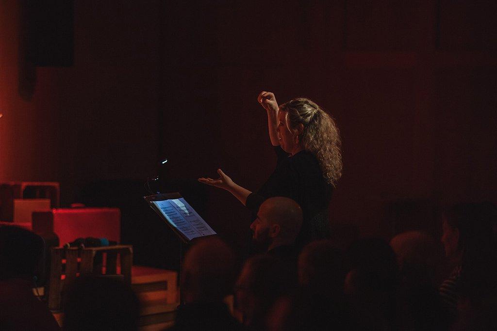 Adventskonzert des tsc-Chors am 30.11.2019: Susanne Hagen dirigiert (Foto: Knut Burmeister, ALLTAG)