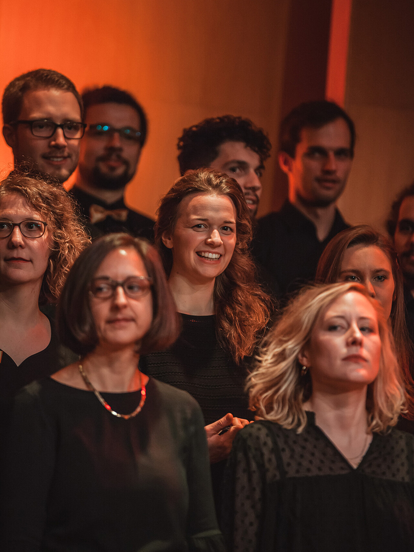 Adventskonzert des tsc-Chors am 30.11.2019: Sängerin Desirée inmitten des Chors (Foto: Knut Burmeister, ALLTAG)