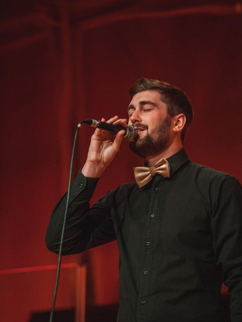 Adventskonzert des tsc-Chors am 30.11.2019: Marc Burger singt ein Solo. (Foto: Knut Burmeister, ALLTAG)