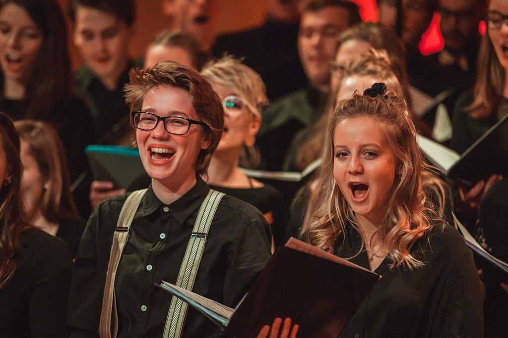 Adventskonzert des tsc-Chors am 30.11.2019: Sängerinnen Maryam und Julianna (Foto: Knut Burmeister, ALLTAG)