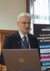 Die Macht der Sprache führte Dr. Stefan Felber (Dozent am tsc für Altes Testament) vor Augen.
