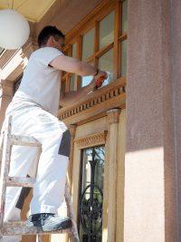 Sanierung der Brüderhaustür während der Coronakrise durch einen studentischen Mitarbeiter