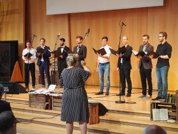 Das Männer-Ensemble des Studiengangs Theologie & Musik singt den Choral «Wunderbar ist Jesus».