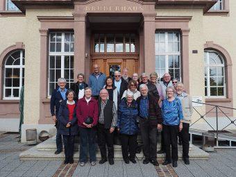 tsc-Jubiläumstreffen 2020: Abschlussklasse von 1970 vor dem Brüderhaus