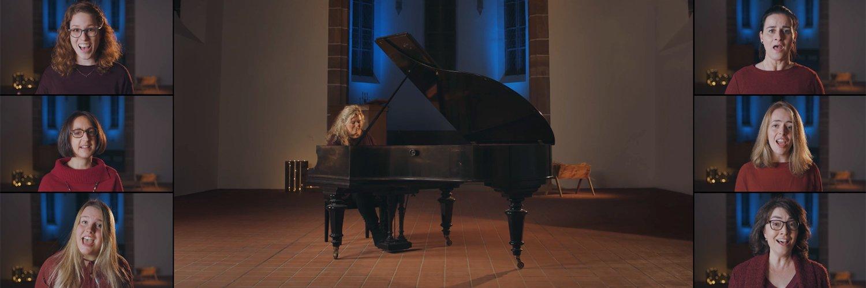 Chorleiterin Susanne Hagen begleitet ihren Chor am Flügel.