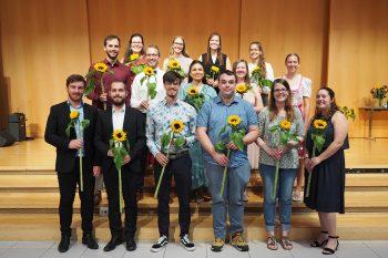 Graduierte mit Sonnenblume: 15 der 21 Bachelorabsolventinnen und -absolventen 2021 des Theologischen Seminars St. Chrischona freuen sich über ihren Studienabschluss.