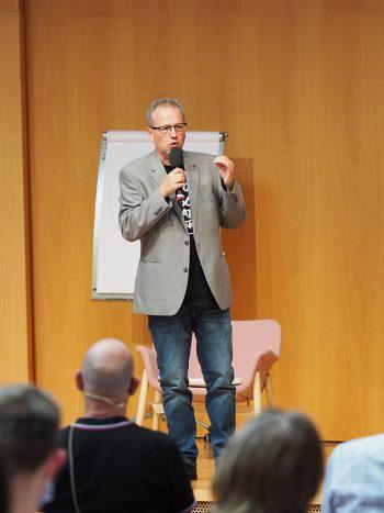 Dr. Benedikt Walker (Rektor tsc) erklärt das neue Konzept des tsc, geistlich emotionale Reifeprozesse zu unterstützen.